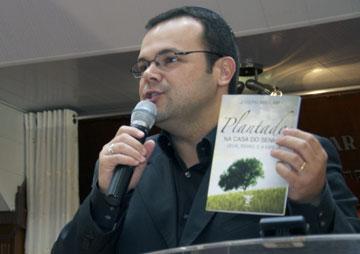 """Matheus Zandona, editor da AMES, apresenta a obra """"Plantados na Casa do Senhor"""", de Joseph Shulam"""