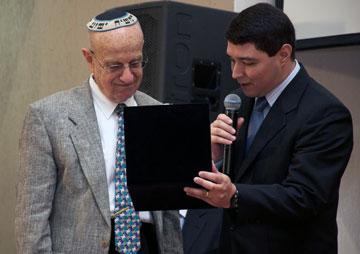 Dr. David Stern é homenageado pela Editora Vida pelo excelente trabalho de tradução da Bíblia Judaica, sucesso de vendas entre o público brasileiro