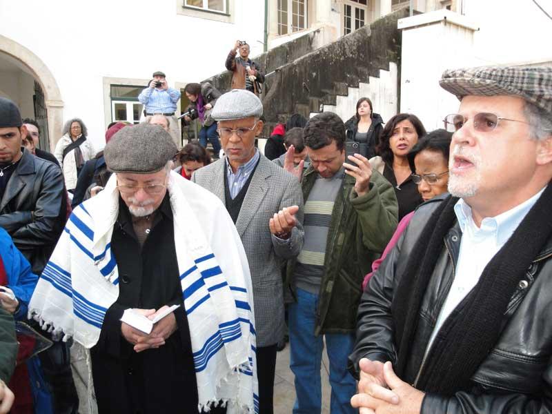 Joseph Shulam e Marcelo Guimarães realizam, juntamente com o grupo, um ato profético no Pátio da Inquisição, em Coimbra.