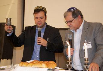 Rabino Marcelo e seu filho Matheus dão abertura ao evento com o Kidush de Kabalat Shabbat