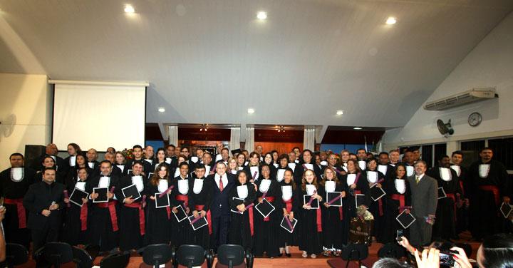 Formandos posam para a foto oficial - a maior e melhor formatura em toda a história do Ensinando de Sião