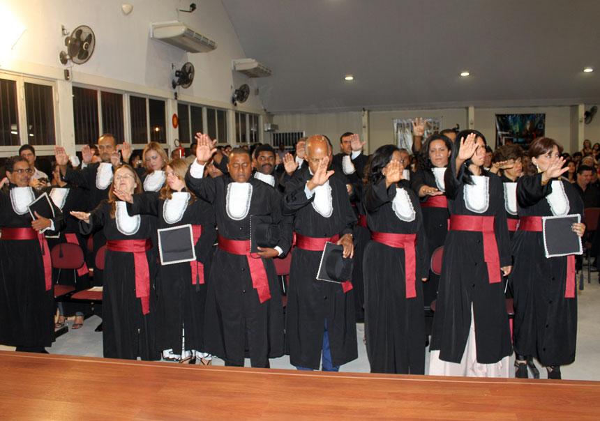 Formandos realizam o juramento solene