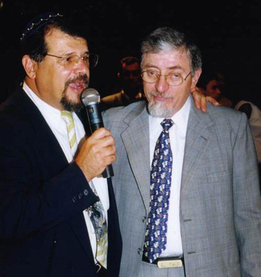 Rabinos Marcelo Guimaraes e Joseph Shulam celebrando a Festa de Pêssach em um grande teatro de BHte - 1999